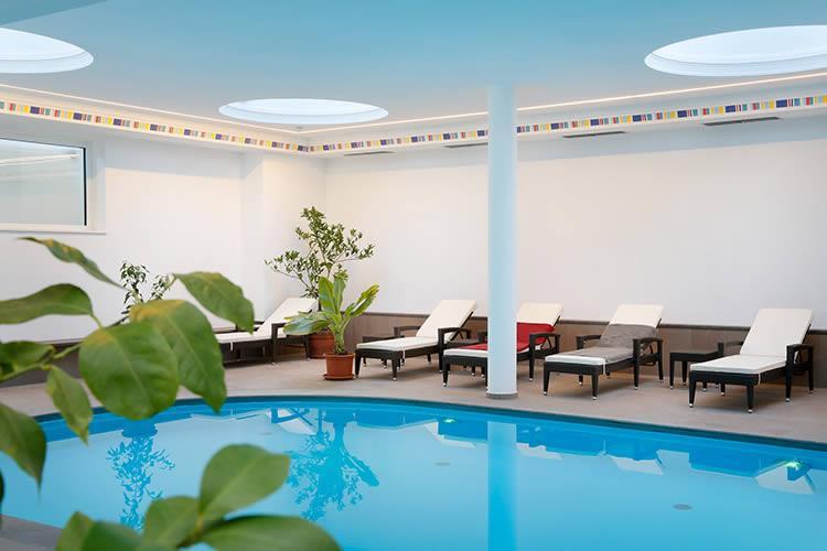 Hotel di appiano con piscina coperta aperto tutto l anno for Piani di piscina coperta